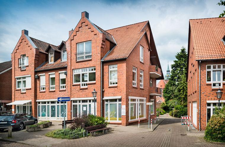 Die Zahnarztpraxis Dr. Zennecke befindet sich in der ersten Etage des Hauses Neue Sülze 4a in Lüneburg — Zugang über den Innenhof. Im Hintergrund die Sankt Michaeliskirche. Foto Dietrich Hackenberg