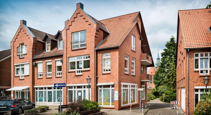 Zahnarzt Dr. med. dent. Ullrich Zennecke, Neue Sülze 4a, 21335 Lüneburg - Praxisgebäude mit Blick auf die Sankt Michaeliskirche. Foto Dietrich Hackenberg